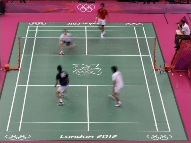 Quel sport de raquette, reconnu comme sport olympique en 1992, se joue en simple ou en double ?