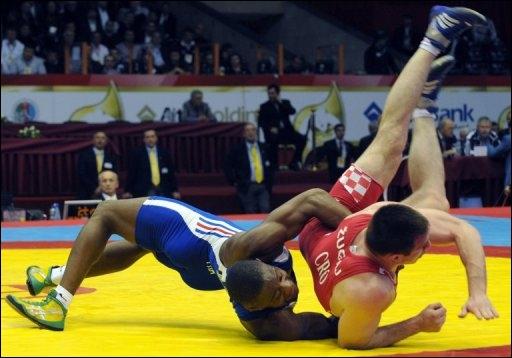 Quel sport de combat existe depuis la Grèce antique ?