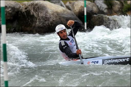 Quel sport sera divisé en deux disciplines, le slalom et la course en ligne, et se présentera en 16 épreuves ?