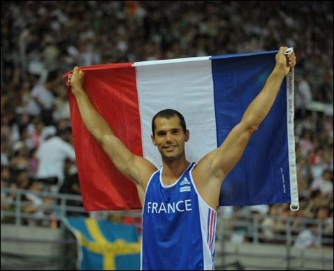 Dans quelle discipline l'athlète français Romain Mesnil s'était-il montré performant ?