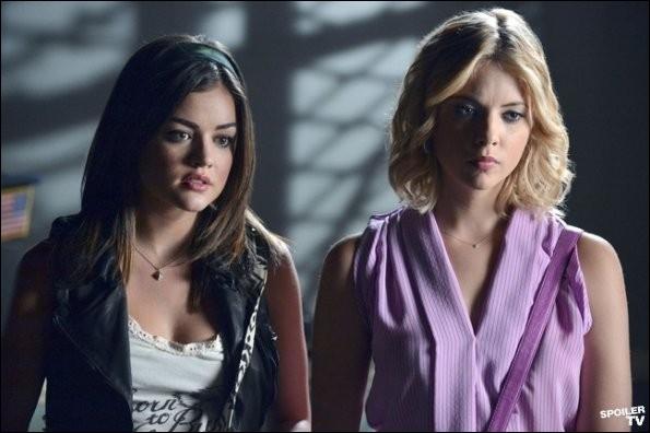 Dans la série télé, lorsqu'Aria et Hanna rendent visite à Mona lors de l'épisode 7 de la saison 3 nommé  Crazy , quelle est la première phrase codée que Mona dit aux filles ?