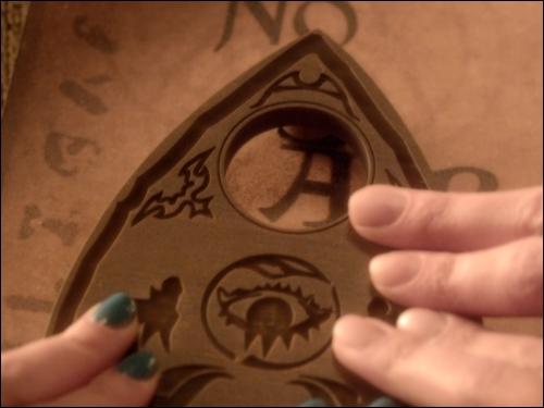 Dans la série télé, quel est le mot que la Ouja board écrit dans l'épisode 7 de la saison 3  Crazy  ?