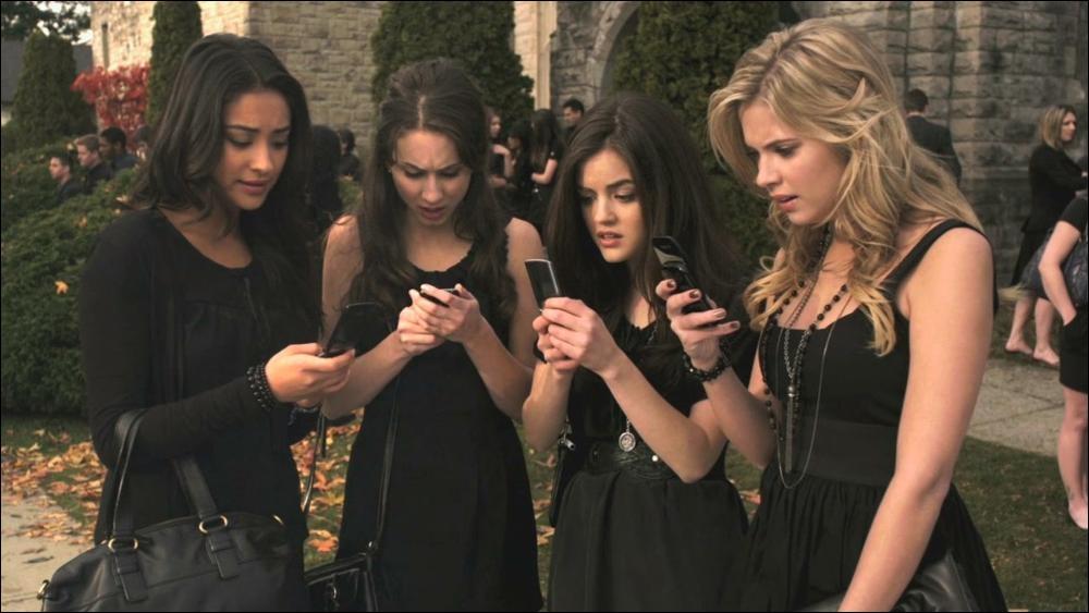 Dans la série télé, les filles reçoivent le premier message signée  A  lorsqu'elles sont ...