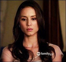 Dans le livre, Spencer a toujours été une fille exemplaire. Elle a toujours de bonnes notes et toujours des secrets. Avec lequel de ses secrets Alison se faisait-elle un plaisir de menacer Spencer ?
