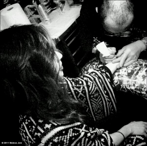 Qui est en train de se faire tatouer ?