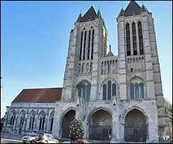 Hugues Capet instaure le rituel du sacre des rois capétiens qui garantit la légitimité de la monarchie de Droit Divin. Dans quelle ville a-t-il été sacré roi par l'évêque de Reims ?