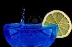 Ce cocktail bleu, qui fait rêver aux mers du sud, est à base d'un alcool bleu, qui porte le nom de curaçao. Cette liqueur est un alcool d'orange, alors d'où vient le bleu ?