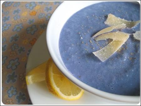 Ceci est une soupe bleue, réalisée par une vraie cuisinière et non pour le cinéma. Quel est le l'ingrédient qui lui a donné cette étonnante couleur ?