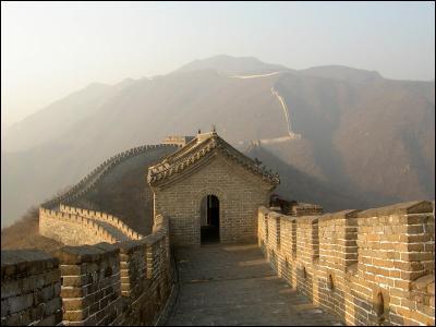 De quelle couleur est le drapeau que Shan Yu brûle sur la grande muraille de chine?