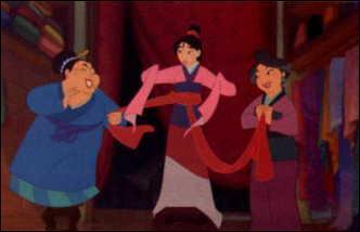 Lorsque Mulan se prépare pour aller chez la dame marieuse, en quoi sont faites les perles de son collier?