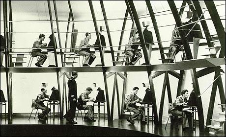 (1956) Le monde est sous la coupe d'un dictateur omniprésent, représenté par la figure de Big Brother.