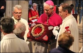 Dans la cathédrale de quelle ville française la Sainte Couronne est-elle présentée au public une fois par mois sous la garde des Chevaliers du Saint-Sépulcre de Jérusalem ?