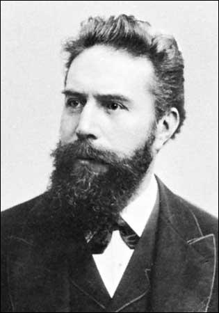 Wilhelm Rontgen, un physicien allemand fait une découverte importante en 1895, ce pour quoi il recevra un Prix Nobel en 1901. Il donna ce nom à cette découverte car ils étaient de nature inconnue.