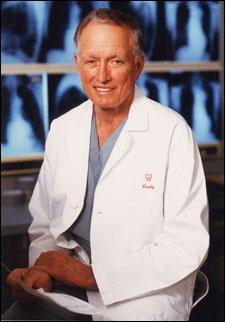 En 1969, un chirurgien américain réalise la première implantation d'un coeur artificiel. Malheureusement, le patient ne survivra que trois jours à cette greffe. Quel est ce chirurgien ?