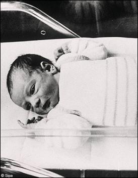 En 1978, Louise Brown naît en Angleterre. C'est le premier bébé au monde né par fécondation in-vitro. En quelle année naît Amandine, le premier bébé éprouvette français ?