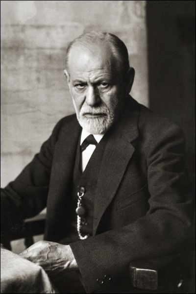 Sigmund Freud, né en 1856 est un médecin autrichien. Vers 1885, il crée une technique qui a pour but d'explorer l'insconcient. C'est le premier praticien et théoricien de cette technique.