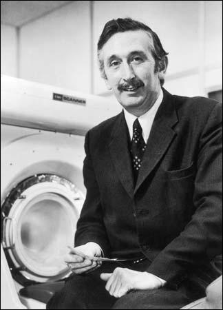 En 1979, Sir Godfrey Hounsfield reçoit le Prix Nobel de médecine, bien qu'il ne soit pas médecin, pour une invention conçue en 1972. Cette invention est toujours utilisée de nos jours.
