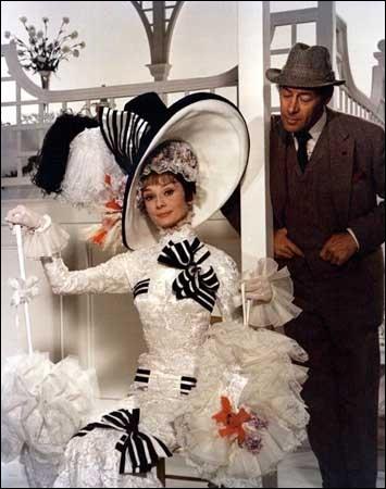 Un gentleman, professeur de linguistique et célibataire endurci, accepte le pari de faire d'une vulgaire marchande de fleurs une lady distinguée.