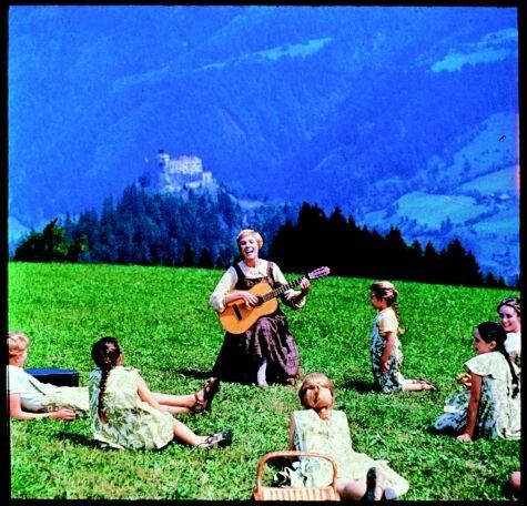 Au Tyrol, une jeune novice s'occupe, en temps que gouvernante, des sept enfants d'un capitaine veuf.