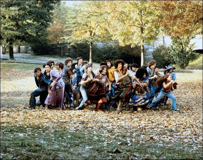 Quelques jours avant son incorporation dans l'armée, le jeune Bukowski fait la connaissance d'une sympathique bande de hippies à Central Park avec laquelle il va se lier.
