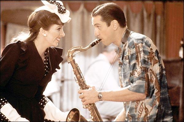 Lors d'un bal donné pour la victoire des Américains sur les Japonais, un jeune soldat saxophoniste rencontre une chanteuse qui finit par lui trouver un emploi dans un club.