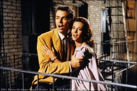 Deux bandes rivales, les Jets et les Sharks, se disputent les rues d'un quartier populaire de Manhattan. Tout cela sur le thème éternel de Roméo et Juliette.