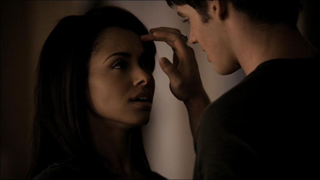 Dans la saison 1, quel objet Jérémy et Elena se disputent-ils ?