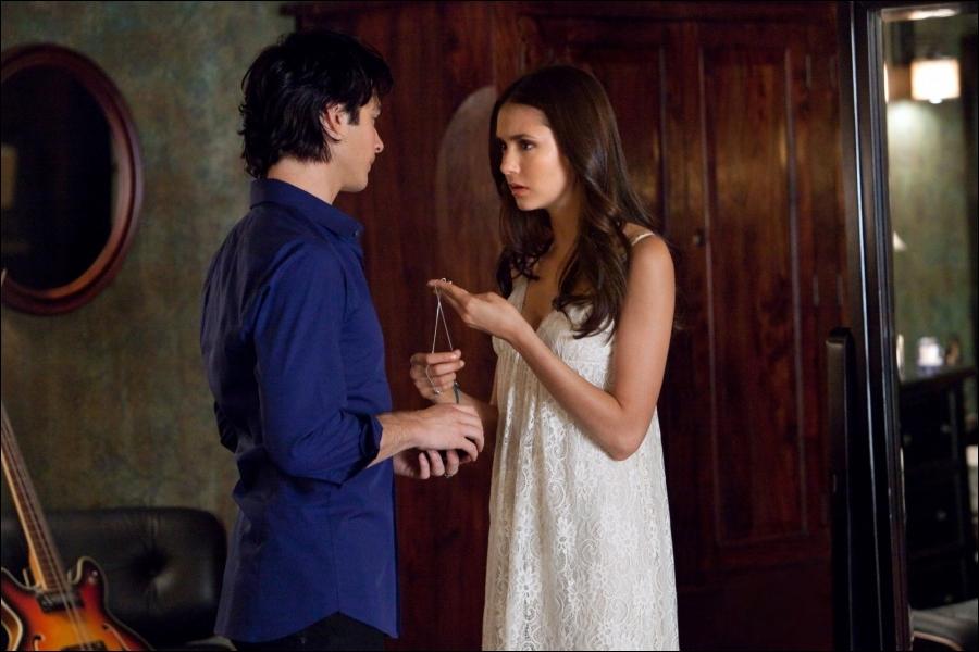 Qu'offre Damon à Elena pour son anniversaire ?
