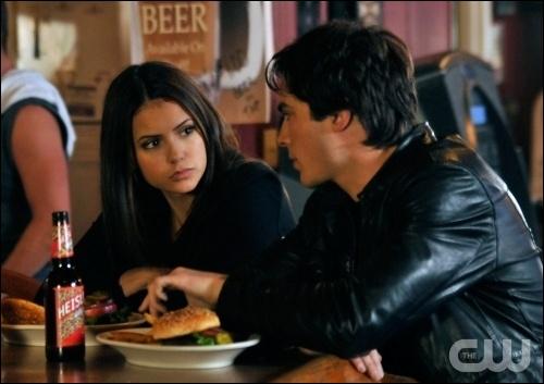 Où Damon emmène-t-il Elena pour faire un  temps mort  ?