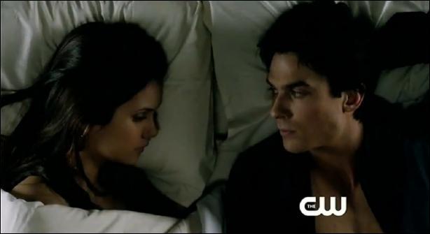 Dans la saison 2, épisode 22, pourquoi Elena embrasse-t-elle Damon ?