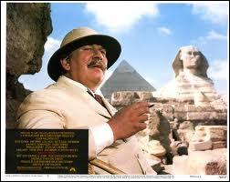 L'essentiel de l'action du roman et du film, on voit ici Peter Ustinov en Hercule Poirot, se passe ?