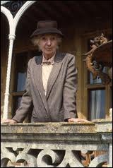 L'actrice Joan Hickson, âgée de 78 ans au début de la série, est l'une des interprètes de la fameuse Miss Marple, à la télévision. Quelle est la particularité de cette Miss Marple là ?