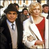 Sur la photo on reconnaît Faye Dunaway, qui est Lady Edgware, et David Suchet mais sans moustache. Pourquoi ?