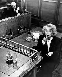 Sur l'illustration, c'est Marlène Dietrich, dans un film de Billy Wilder tiré d'un autre roman célèbre d'Agatha. Charles Laughton joue le magistrat. Quel est le film ?