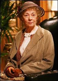 Geraldine Mac Gowan est aussi une Miss Marple de télévision, personnage auquel elle donne un côté plus matois, amusé et piquant. Miss Marple a un neveu, Raymond West, dont le métier est ?