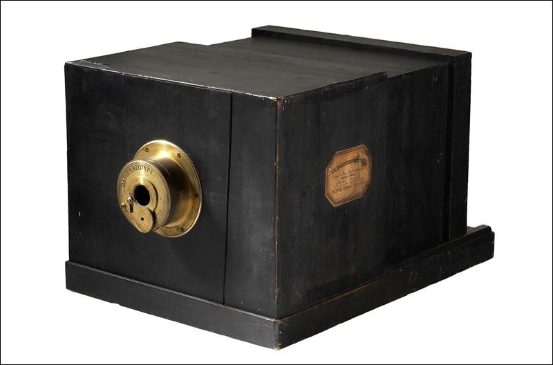 Comment s'appelait le tout premier appareil photo ?