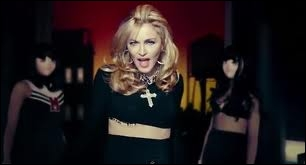 Qui chante  Give Me All Your Luvin'   avec Madonna ?