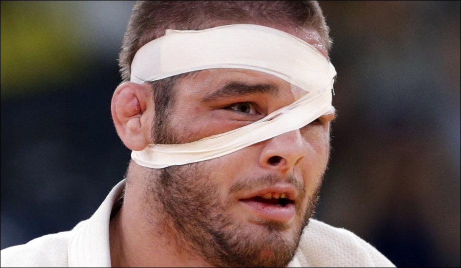 Dans quelle épreuve Travis Stevens s'est-il présenté avec un bandage autour de la tête ?