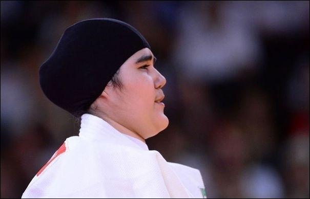 Cette judokate  voilée  est la première athlète féminine de l'histoire de son pays à participer aux jeux olympiques. Quel est ce pays ?