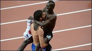 Ensuite il a sauté dans les bras du français Mahiedine Mekhissi, médaillé d'argent... Mais au fait, quelle est cette discipline ?