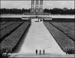 Les défilés et parades sont de véritables mises en scène permettant de célébrer le culte du Führer et d'impressionner les foules. Dans quelle ville a lieu le rassemblement annuel du parti nazi ?
