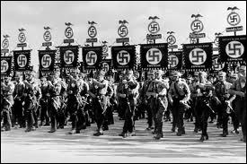 Quel est le titre du film de propagande qui glorifie le grand congrès de 1934 où les symboles de l'esthétisme nazi sont omniprésents (croix gammée, aigle impérial, uniformeSS, salut hitlérien ) ?