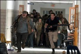 Shane et Ottis doivent ramener des fournitures du centre médical d'urgence. Comment éloignent-ils les rôdeurs qui les empêchent d'y entrer ?