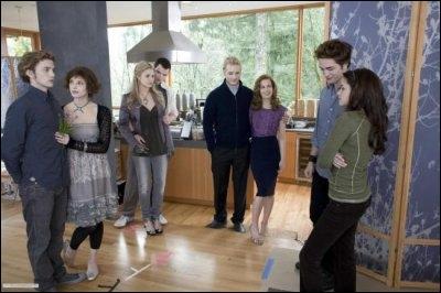Lors de la présentation de Bella aux Cullen, qui est contre leur union ?