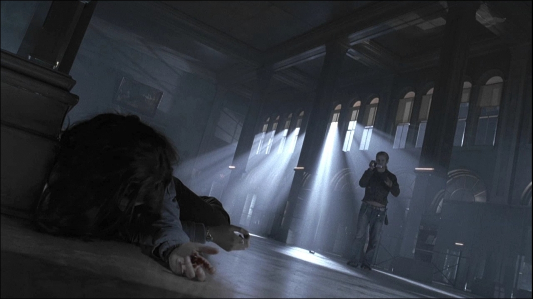 James arrive à attirer Bella dans un studio ...