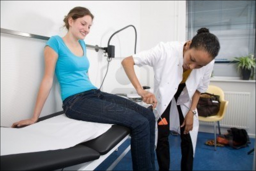 Comment appelle-t-on la contraction réflexe d'un muscle déclenchée par son propre étirement ?