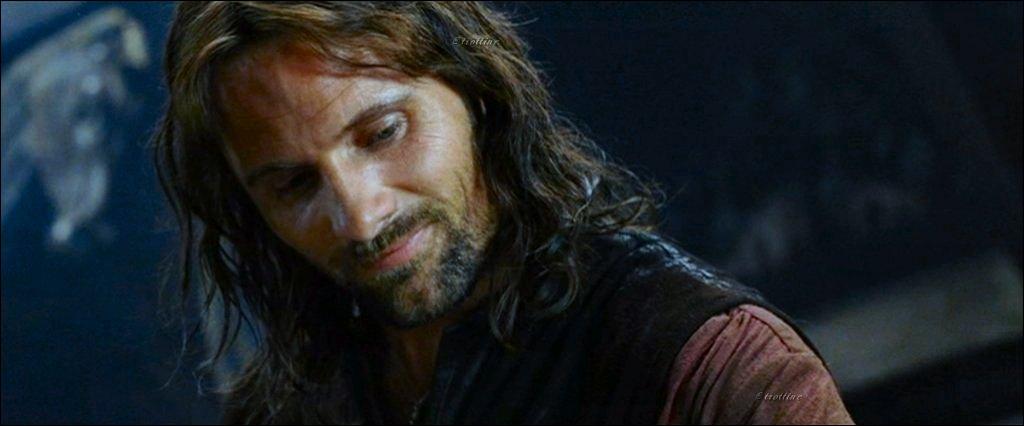 Dans la version longue, lorsqu'ils sont tous partis se coucher, Aragorn se lève pour fumer une pipe... Qui aperçoit-il en train de dormir en quittant sa chambre ?