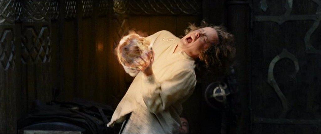 Pendant ce temps, Pippin se lève pour regarder dans le Palentir. Que répond Pippin quand Gandalf lui demande ce qu'il a vu ?