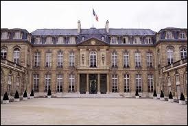 """Au palais de l'Elysée, le 16 février 1899, en galante compagnie, il meurt d'une hémorragie cérébrale foudroyante. Clemenceau aurait dit à ce sujet :   Il se croyait César, il finit Pompée. """""""