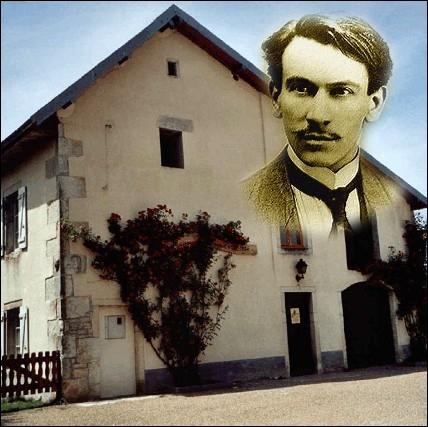Auteur du roman   La guerre des boutons  , cet écrivain vécut dans cette demeure de Belmont dans le Doubs, siège de l'école publique où exerçait son père... .